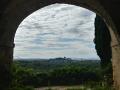 Superbe vue d'Avignon sous les voûtes des soubassements