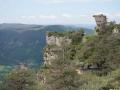 Au loin, le village perché de Peyreleau