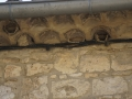 1 nid entier réparé, nids cassés et traces de nids