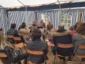 Les conteurs devant un public à l'écoute