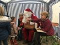Les enfants entourent le Père Noël et les conteurs