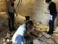 Frédérique, Nuria et Sarah battissent le mur de pierre sèche