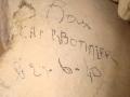 Inscription au charbon de bois au dos du linteau