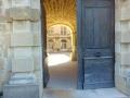 Porte monumentale ouvrant sur la cour d'honneur