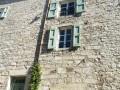 Une carrelle au dessus de la fenêtre
