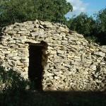 Capitelle-abri incluse dans le mur d'enclos