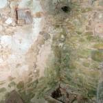 Capitelle du Laï : gouttière de récupération d'eau et citerne
