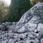 Capitelle du cyprès : dôme enduit et gouttière en tuiles