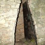 """Capitelle du chêne vert : porte trapézoïdale et """"blindée"""""""