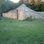 Capitelle des vignes, construite dans l'angle du mur d'enclos