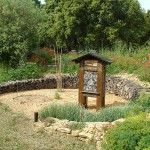 nichoir entouré de plantes pollinisatrices