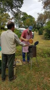 cuisson des gaufres au feu de bois par Dieter