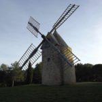 Le moulin au sommet du village